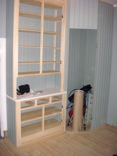 Skafferi och platsbyggt köksskåp