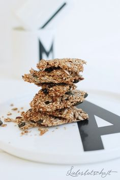 Den Anfang machen ein paar super Cracker, voll gepackt mit Mineralstoffen, Calcium, Fölsäure, perfekt zum Dippen, Teilen, Aufbewahren: vegan...