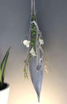 WD67 – Großes Kokosblatt als Wand oder Tischdeko! Weiß gekalktes Kokosblatt, dekoriert mit natürlichen Materialien, Filzbändern, künstlichen Calla und einem Herz! Preis 49,90€ – Höhe ca 100cm Calla, Palm Fronds, Seed Pods, Arte Floral, Holiday Wreaths, String Art, Table Centerpieces, Plant Hanger, Flower Arrangements