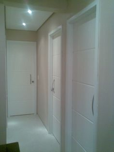 Interior doors with white beads Window Design, Door Design, House Design, Hallway Decorating, Interior Decorating, Modern Entrance Door, Home Suites, Floor Molding, Room Doors