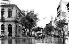 Rua Ébano Pereira vista da Rua XV de Novembro em 1950 com o asfalto molhado pela chuva