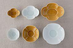 木瓜鉢・木瓜長鉢 (瑞々) 木瓜鉢:900円(税抜)~ 木瓜長鉢:900円(税抜)~ 「木瓜鉢 6寸」(中央)は、料理をどんと盛りつけて大皿として使うのがおすすめ。 「木瓜長鉢 5寸」は、小鉢として副菜などを入れるのにちょうどいいサイズ。ともに「青白」を使用 花のかたちがかわいらしく、後片づけのときもなんだか楽しい気分に 中心にこんもり高さをつくって盛りつけると、かたちよく収まります。 「木瓜鉢 5寸 青白」を使用 横長の「木瓜長鉢」は、ボリュームがあるものもすっきりきれいに見せてくれます。 「7寸 うす飴」を使用 サイズは、「木瓜鉢」も、「木瓜長鉢」もそれぞれ3種類。 上が左から、「木瓜鉢」の「3.5寸」、「5寸」、「6寸」。下が左から「木瓜長鉢」の「4寸」、「5寸」、「7寸」 全サイズ集めれば、小鉢から大鉢まで対応できます。 すべて揃えて、食卓を華やかに彩るのも素敵です 同じシリーズに「丸皿」、「角皿」、「めし碗」、「茶漬碗」、「小鉢」、「楕円鉢」、「ポット」、「汲み出し」があります  日々の Plates, Tableware, Licence Plates, Dishes, Dinnerware, Griddles, Dish, Plate, Serveware