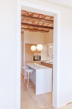Una vivienda con encanto en Gràcia no es siempre fácil de encontrar. Esta en cambio era una joyita destrozada con suelos modernistas y techos alto.