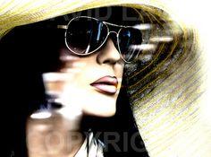 David Law, musicien et photographe, réalise depuis plusieurs années des photos de mannequins croisés dans les vitrines des magasins parisiens. Dans ses clichés, on ressent une sensualité qui nous paraît pourtant absente lorsque l'on passe devant ces vitrines. C'est sûrement parce que David Law sait parler aux femmes immobiles, en leur donnant une lueur de vie à travers son travail. Certaines de ses photos sont tellement bien réussies qu'on pourrait oublier que ce ne sont que des mannequins…