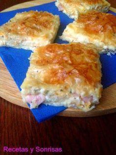 Hojaldre griego de jamón y queso / 50 gr. de queso parmesano - 200 gr. de queso feta ( Suele comprarse en potecitos en las neveras de los súpers y bañados en suero o envueltos como un rectangulo) Facilísimo de encontrar. Es un queso típico griego - 200 gr. de quesos rallados varios. Yo he usado uno que ya vienen 3 mezclados de El Caserio que lleva Maasdam, gouda, cheddar y curado - 200 gr. de Jamón dulce en lonchas - Aceite - 200 gr. de leche - 200 gr. de crema de leche , para cocinar…