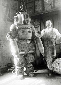 Chester E. Macduffe junto a su traje de buzo patentado de mas de 250 Kg (1911)