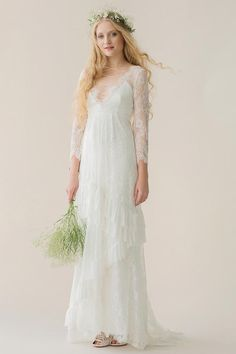 Schmal geschnittenes Boho-Brautkleid aus Spitze mit langen Ärmeln, Ausschnitt mit Schnürung und Volant-Rock von Rue de Seine