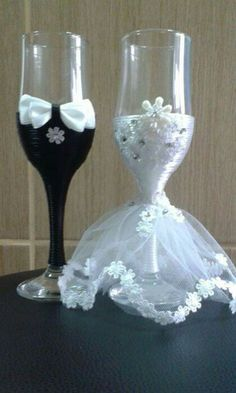 His And Her Glasses Wedding Decorations Ideas - Hochzeit Bride And Groom Glasses, Wedding Wine Glasses, Wedding Champagne Flutes, Wedding Bottles, Champagne Wedding Decorations, Bride Groom, Decorated Wine Glasses, Painted Wine Glasses, Wine Glass Crafts