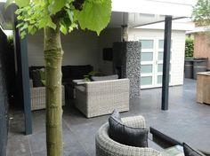 Tuinhuis met veranda IJssel 13 (afmeting 6,5 x 4,75 meter)  Afmetingen 6.50 m. x 4.75 m. Tuinhuis 3.00 m. x 2.25 m. met veranda van 3.50 m. x 4.75 m. Hoogte ca. 2.60 m.  Uitgevoerd met een plat dak en dubbele 4- vlaksdeuren Standaard met boeiboorden van rabat. Outdoor Spaces, Outdoor Decor, Exterior Design, Outdoor Gardens, Patio, Modern, Terraces, Backyard Patio, Balcony