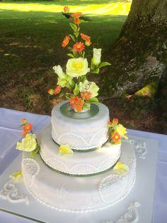 Ein #traumhafte #Hochzeitstorte in strahlendem #Weiß! Die #Blumen zur #Deko setzen der #Torte die Krone auf! Gerne gehen wir auf Ihre individuellen Wünsche für Ihre #Motivtorte ein! #Cafe und #Konditorei Held in #BadWiessee am #Tegernsee
