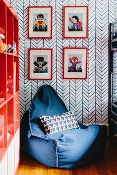 kącik do czytania utrzymany w klasycznej palecie kolorystycznej złożonej z bieli, czerwieni i ciemnego niebieskiego