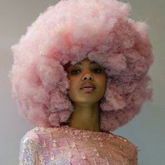 Big Afro hairstyles are basically the bigger and greater version of the Afro hairstyles. Afro which is sometimes shortened as 'FRO, is a hairstyle worn naturally outward by The African American black people. Aesthetic People, Pink Aesthetic, Pretty People, Beautiful People, Color Del Pelo, Curly Hair Styles, Natural Hair Styles, Foto Portrait, Hair Reference
