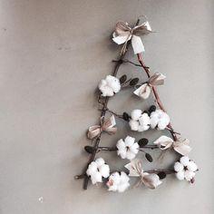 : 구탱이에서 혼자 꼬물꼬물 만든 트리! 조명감아서 벽에 걸어두면 예뿌겠지?(๑˃̵ᴗ˂̵)و . 아 빨리 크리쮸마쮸 되면 좋겠당 . #크리스마스트리#크리스마스장식#인테리어소품#트리장식 #christmastree#interior#florist#daily Cosy Christmas, Diy Christmas Tree, Christmas Holidays, Xmas Flowers, Dried Flowers, Xmas Decorations, Flower Decorations, Flower Spray, How To Preserve Flowers