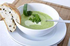 Der I-Punkt der leckeren Zucchinisuppe sind die außergewöhnlichen Käseklößchen. Eine stimmige Kombination, die Ihre Gäste erfreuen wird.