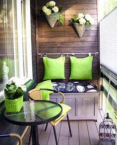 Que charme esta pequena varanda. Com decoração em tons de verde, branco e preto. Ficou lindo.                                                                                                                                                     Mais