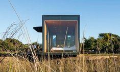 Fotos, renders, y plano de la casa minimalista MIniMod. Está hecha con módulos prefabricados, con los que se pueden formar hoteles, refugios, casas,...