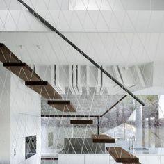 Maison 36 à Stuttgart par MBA/S Matthias Bauer Associates - Journal du Design Floating Staircase, Modern Staircase, Staircase Design, Staircase Ideas, Loft Stairs, House Stairs, Architecture Awards, Architecture Details, Modern Architecture