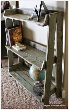 Creative Pallet Furniture DIY Ideas and Projects --> DIY Pallet Bookshelf Pallet Furniture Designs, Pallet Patio Furniture, Furniture Projects, Diy Furniture, Simple Furniture, Furniture Plans, Pallet Designs, Furniture Showroom, Street Furniture