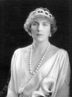 La reina Victoria Eugenia de España con tiara de diamante realizada por Cartier que vendió durante el exilio.