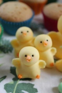 Chicks from gum paste/fondant perfect for cupcakes/cake toppers - Cake Decorating Writing Ideen Cute Easter Desserts, Easter Cupcakes, Easter Treats, Flower Cupcakes, Christmas Cupcakes, Fondant Toppers, Fondant Cakes, Cupcake Cakes, Fondant Bow