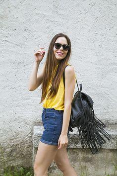 Shorts di jeans a vita alta e converse: un look da giorno comodo!
