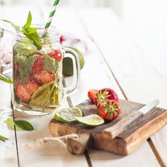 Strawberry Lime Mint Chia Fresca Get your nutritious chia seeds in a delicious agua fresca drink tha Fresca Drinks, Fruit Drinks, Detox Drinks, Healthy Drinks, Beverages, Gluten Detox Cleanse, Cleanse Recipes, Chia Fresca Recipe, Fresco