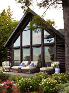 This stunning Lake Front log cabin has been beautifully designed with rustic details by interiors studio Jessica Jubelirer Design, nestled lakefront in Milwaukee, Wisconsin.