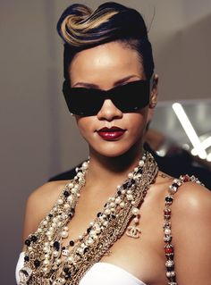 Rihanna Blonde Streaks 86