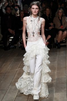 Alexander McQueen ready-to-wear spring/summer '16 - Vogue Australia