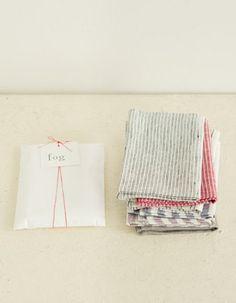 """■簡易ラッピング(商品代にラッピング料込) 色柄おまかせの""""リネンキッチンクロスのプチギフト""""は、ちょっとした贈り物にちょうどいいナチュラルなラッピングがセットに。リボンに赤いリネン糸を使っているのも、fogならではですね。"""