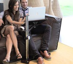 Lounge wood Dark è un elegante supporto per Notebook e Tablet che consente un utilizzo comodo ed ergonomico di questi dispositivi nel proprio salotto di casa. Più che un accessorio per computer è un nuovo elemento di arredamento concepito per la casa 2.0.