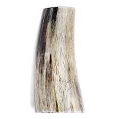 Flot, naturlig lysestage af råt horn til almindelig lys. Denne lysestage har en metalindsats til selve lyset.