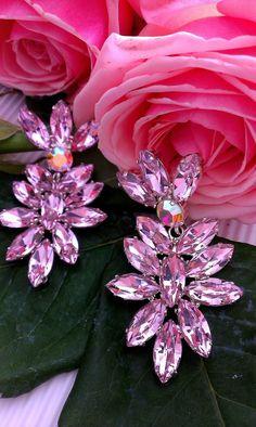 Σκουλαρίκια σε ροζ παλ απόχρωση Κωδικός : 0012361 #σκουλαρίκια #κοσμήματα #χειροποίητακοσμήματα #greekjewelry #greekdesigners #greekbrand #greekbrand #greekfashion Rose, Flowers, Plants, Swarovski, Products, Pink, Plant, Roses, Royal Icing Flowers