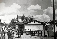 To zdjęcie z 1937 roku przedstawia ulicę Nadstawną i górujący nad miastem kościół św. Mikołaja. Jewish History, My Kind Of Town, Poland, Louvre, Architecture, Street, Building, Places, Painting