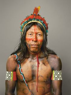 Índio Kayapó Portraits expressa sua identidade de guerreiro com cocar de penas de papagaio.