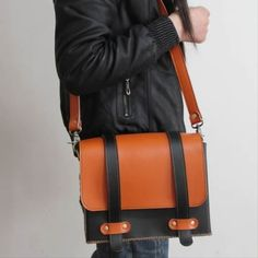 Handmade Leather Messenger Bag / Camera Case * Made to Order All Hand Stitched. Very rigorous finishes, excellent choice of leather and hardware. Messenger Bag Backpack, Bags 2015, Diy Bags Purses, Leather Bags Handmade, Leather Briefcase, Laptop Bag, My Bags, Michael Kors Bag, Fashion Bags