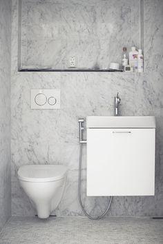 Marmorilaatta kylpyhuone Toilet, Vanity, Bathroom, Design, Dressing Tables, Washroom, Flush Toilet, Powder Room, Vanity Set