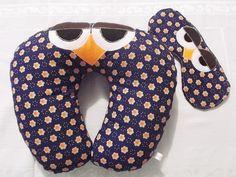 Almofada em tricoline de algodão com aplicações em feltro em forma de coruja. Recheio macio e fofinho em manta acrílica siliconada.    Ótima para viagens, passeios longos de carro, assistir TV e serve como apoio para bebês. Ótima e original opção de presente.    Acompanha máscara de dormir recheada com ...