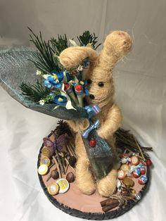 Aprenderás a elaborar este simpático conejito, su base de madera y el ramo que quiere hacer entrega Base, Wreaths, Halloween, Home Decor, Craft Gifts, Make A Difference, Easter Bunny, Bunny, Wood