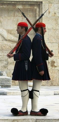 Changing of the guard in front of the Parliament in Athens. The Presidential Guard in traditional clothing. Mykonos, Santorini, Albania, Athens Acropolis, Greek Culture, Greek Isles, Thessaloniki, Ancient Greece, Greece Travel