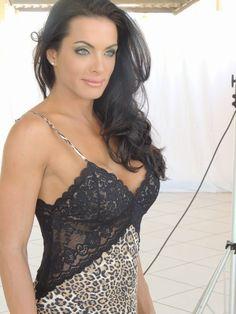 A repórter e modelo Carla Prata faz ensaio de lingerie