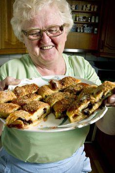 Opskrift på den mest vidunderlige kringle verden har smagt (Recipe in Danish) Sweets Cake, Cupcake Cakes, Magic Chocolate Cake, I Love Food, Good Food, Denmark Food, Cook N, Scandinavian Food, Danish Food