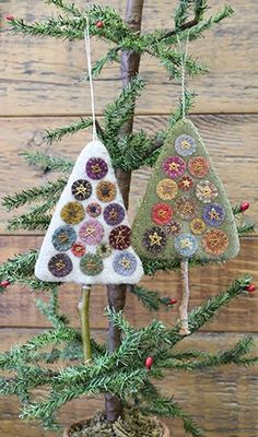 Scrappy Felt Penny Tree Ornaments When completed they measure 3 5 x 4 5 Primitive Gatherings Quilt Shop Christmas Projects, Felt Crafts, Holiday Crafts, Felt Projects, Holiday Decor, Felt Christmas Decorations, Felt Christmas Ornaments, Fabric Ornaments, Diy Ornaments