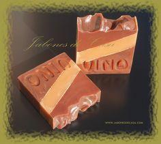 Canela y Vino -  Manteca de Karité, Aceite de Pepita de Uva y Vino tinto son los principales activos de este jabón así, como los responsables del efecto rejuvenecedor y protector contra la oxidación en nuestra piel.