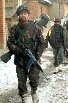 Indian Army soldiers from the Rashtriya Rifles during a counter terrorism operation in Kashmir. Military Police, Military Weapons, Indian Army Special Forces, Indian Navy, Indian Flag, Anti Tank Rifle, Indian Army Quotes, Indian Army Wallpapers, Army Gears