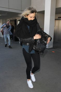 elizabethswardrobe: Taylor Schilling at LAX Orange Is The New Black, All Black, Alex And Piper, Piper Chapman, Taylor Schilling, Laura Prepon, Airport Style, American Actress, Fashion Forward