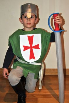 Handmade costume – Con tus manitas - Татьянин День Открытки Medieval Party, Medieval Costume, Toddler Halloween Costumes, Halloween Outfits, Group Costumes, Diy Costumes, Costume Chevalier, Costumes Faciles, Diy Pour Enfants