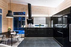 Tyylikäs musta keittiö hirsimökissä Flat Screen, Conference Room, Villa, Cottage, Cabin, Kitchen, Furniture, Grandchildren, Home Decor