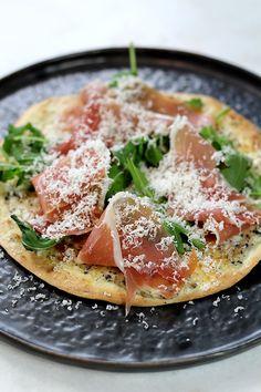 In onze videoserie Genieten met Culy verrassen we je elke week met een supersnel en lekker recept. Vandaag maken we een tortizza met truffelmascarpone en Parmaham. Meer Culy video's zien? Abonneer je dan op ons YouTube-kanaal: Verwarm je oven voor op 200 graden. Meng de mascarpone met de truffeltapenade. Besmeer de tortilla's met de truffelmascarpone. Bak de tortilla's ongeveer 10 minuten …