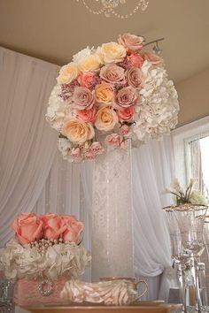 rosas en tonos neutros para tu centro de mesa. #DecoraciónBoda #BodaRosa  Índigo Bodas y Eventos